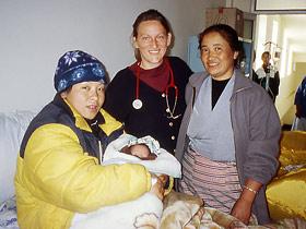 Dr. Ursula Knapstein im Tibetan Delek Hospital in Dharamsala