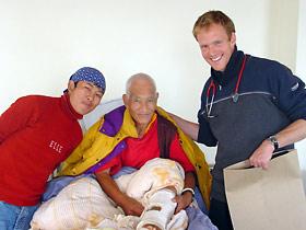Dr. Arnd Knapstein im Tibetan Delek Hospital in Dharamsala